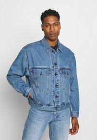 Levi's® - STAY LOOSE TRUCKER UNISEX - Denim jacket - med indigo - 0