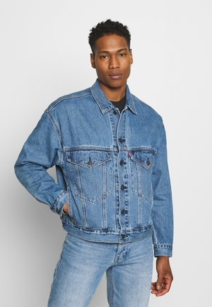STAY LOOSE TRUCKER UNISEX - Denim jacket - med indigo