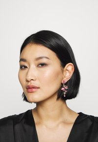 Swarovski - TROPICAL LONG FLOWER - Earrings - gold-coloured - 1