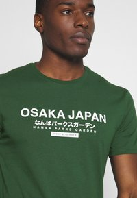 Pier One - OSAKA TEE - Print T-shirt - green - 5