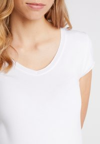 Queen Mum - TEE - T-shirt - bas - white - 4