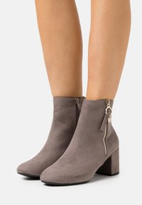 Dorothy Perkins Wide Fit - WIDE FIT ADALINE BLOCK HEEL BOOT - Classic ankle boots - grey - 0