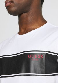 Guess - TEE - T-shirt con stampa - white - 5