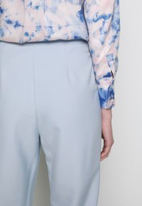 4th & Reckless - CARRY TROUSER - Pantaloni - light blue - 3