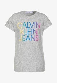 Calvin Klein Jeans - GRADIENT HERO LOGO - T-shirt con stampa - grey - 0