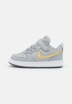 COURT BOROUGH 2 UNISEX - Trainers - light smoke grey/metallic gold star/iron grey