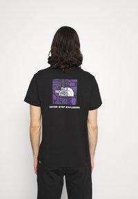 The North Face - DISTORTED LOGO - T-shirt med print - black/peak purple - 2