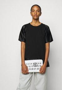 MM6 Maison Margiela - T-shirts med print - black - 3