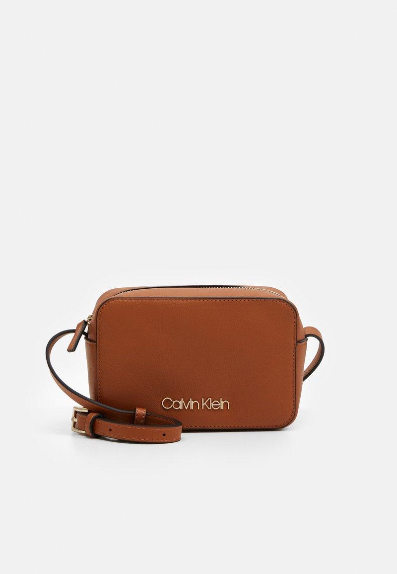 Calvin Klein - CAMERABAG - Borsa a tracolla - brown