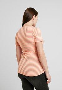 Queen Mum - NURS MIAMI - Print T-shirt - emberglow - 2