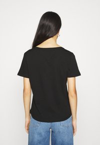 Tommy Jeans - 2PACK V NECK TEE - T-shirt z nadrukiem - black - 2