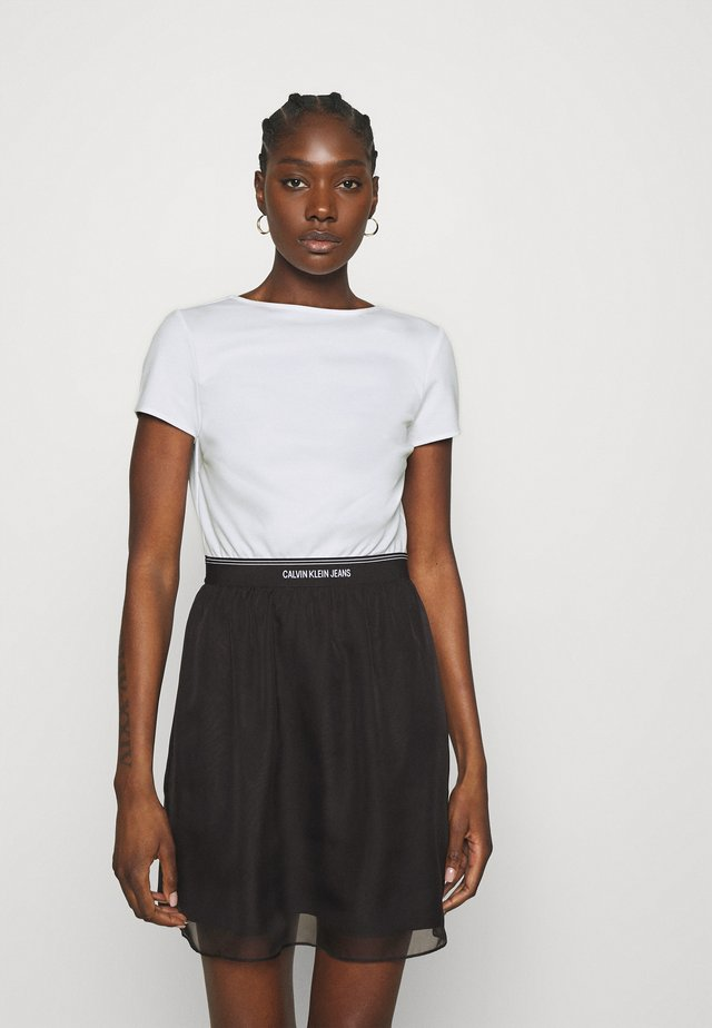 LOGO WAISTBAND DRESS - Vestito di maglina - bright white