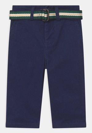 BEDFORD PANTS FLAT FRONT - Chino kalhoty - newport navy