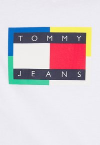 Tommy Jeans - FLAG TEE UNISEX - Triko spotiskem - white - 2