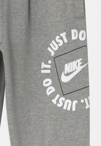 Nike Sportswear - UNISEX - Tracksuit bottoms - dark grey heather