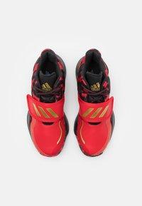 adidas Performance - DEEP THREAT CLOUDFOAM BASKETBALL SHOES - Basketbalové boty - scarlet/gold metallic/core black - 3
