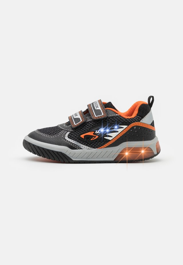 INEK BOY - Joggesko - black/orange