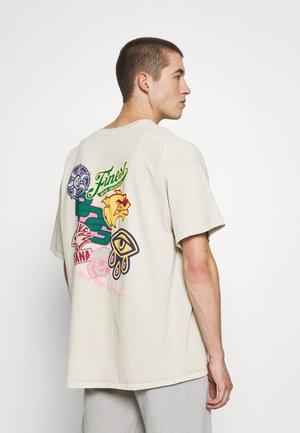 BADGE TEE UNISEX - Camiseta estampada - cream