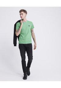 Superdry - VINTAGE CREW - Basic T-shirt - green - 1