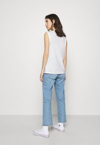 Levi's® - ON TOUR TANK  - Triko s potiskem - white - 2
