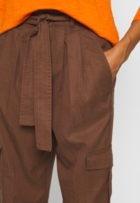 Marc O'Polo DENIM - PANT WIDER LEG TURN UP DETAIL - Stoffhose - coconut shell - 4