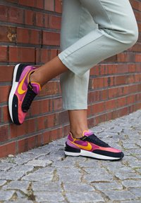 Nike Sportswear - WAFFLE ONE - Zapatillas - active fuchsia/universe gold/black/coconut milk/metallic silver/orange - 4