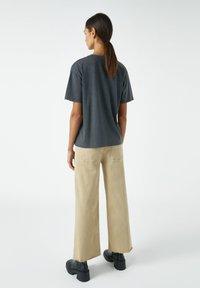 PULL&BEAR - MIT ORANGEFARBENEM GEMÄLDE EINES ZIMMERS - Print T-shirt - dark grey - 2