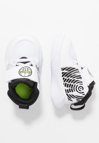 Nike Performance - TEAM HUSTLE - Basketball shoes - white/black/volt - 1