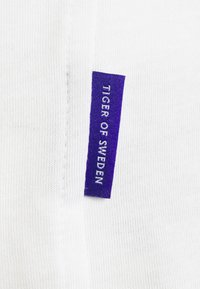 Tiger of Sweden - ALTAIR - Basic T-shirt - pure white - 6