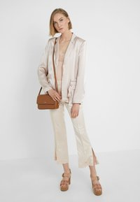 DKNY - BRYANT FLAP CBODY SUTTON - Across body bag - driftwood - 1