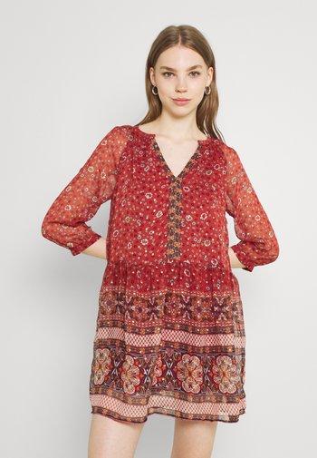 VMBOHEMEA SHORT DRESS - Kjole - chili oil/bohemea