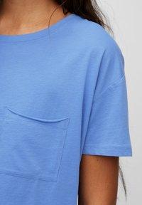 Marc O'Polo DENIM - SHORT SLEEVE PATCHED POCKET LOOSE BODYSHAPE - Jednoduché triko - intense blue - 4