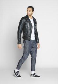 Only & Sons - ONSLINUS CROP STRIPE  - Trousers - dark blue - 1