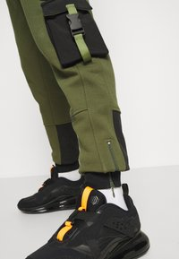 STAPLE PIGEON - TACTICAL - Tracksuit bottoms - olive - 5