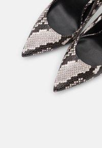 MICHAEL Michael Kors - KEKE  - Lodičky na vysokém podpatku - black/white - 6