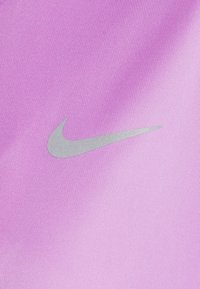 Nike Performance - MILER - T-shirt med print - fuchsia glow/reflective silver - 6