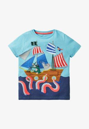 STRAND MIT AUFKLAPPMOTIV - Print T-shirt - meerblau/piratenschiff