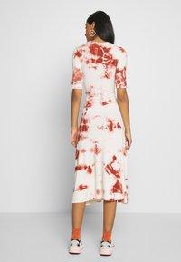 EDITED - TAYLA DRESS - Žerzejové šaty - cedar wood/white swan - 2