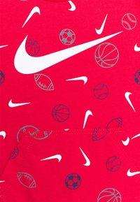Nike Sportswear - PRINTED ROMPER UNISEX - Overal - university red - 2