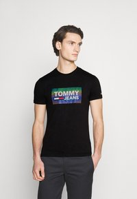 Tommy Jeans - TEE CENTRE LOGO - T-shirt con stampa - black - 0