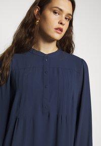 Vero Moda Curve - VMSAGA PLEAT SHORT DRESS  - Day dress - navy blazer - 4