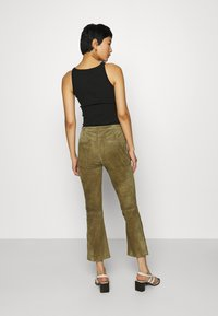 Ibana - AIMEE - Leather trousers - mossgreen - 2