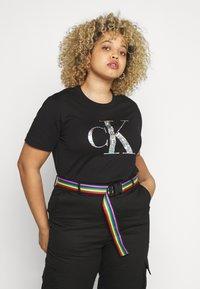 Calvin Klein Jeans Plus - IRIDESCENT TEE - T-shirt con stampa - black - 0