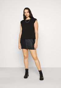 Missguided Plus - COATED DOUBLE POPPER SKIRT - Pencil skirt - black - 1