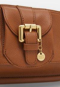 See by Chloé - LESLY LESLY BAGUETTE - Handbag - caramello - 5