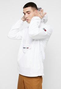 Tommy Jeans - TJM LIGHT WEIGHT POPOVER - Cortaviento - white - 0