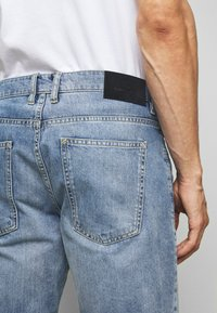 TOM TAILOR - JEANSHOSEN JOSH REGULAR SLIM JEANS-SHORTS IN VINTAGE-WASHUNG - Denim shorts - light stone wash denim        blue - 5