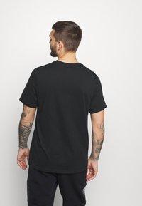 Jordan - JUMPMAN AIR CREW - T-shirt imprimé - black/gym red - 2