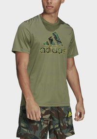 adidas Performance - CAMOUFLAGE GT2 DESIGNED2MOVE PRIMEGREEN WORKOUT GRAPHIC T-SHIRT - Print T-shirt - green - 3