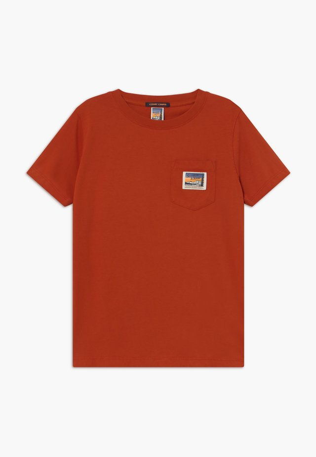 SHORT SLEEVE TEE WITH POCKET - T-shirts - lumber red